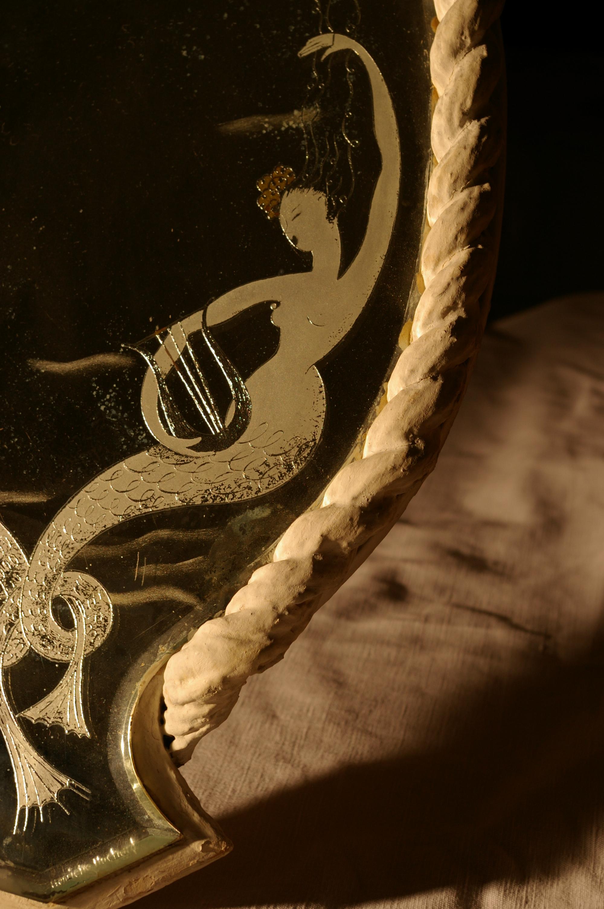 Miroir ovalisé aux deux sirènes (détail : sirène et sa lyre)