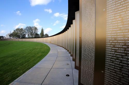 Anneau de mémoire rassemblant les noms des 580 000 soldats morts dans le Pas-de-Calais